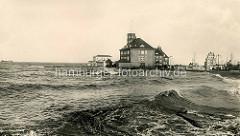 Hochwasser der Elbe in Cuxhaven - das Wasser erreicht die Deichkrone an der Wetterstation.