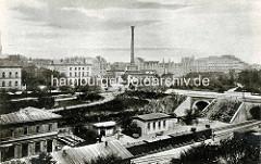 Altes Bild vom Klostertor-Bahnhof im ehem. Hamburger Stadtteil Klostertor; im Hintergrund die Hamburger Altstadt und die Badeanstalt am Schweinemarkt.