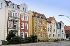 Mehrstöckige Wohnhäuser mit Dachausbau - unterschiedliche Architekturstile / Hausfassaden - Kirchenpauerstraße in Cuxhaven.