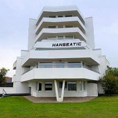 Moderne Bäderarchitektur - weisses Apartmenthaus mit Ferienwohnungen, Haus Hanseatic in Duhnen / Cuxhaven.