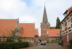 Wohnhäuser in der Johann Heinrich Voß Straße - Blick zum Kirchturm der St. Severi Kirche in Otterndorf.