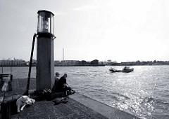 Kaiserhöft - Leuchtfeuer beim Kaispeicher A, Blick auf die Norderelbe und den Hamburger Hafen.
