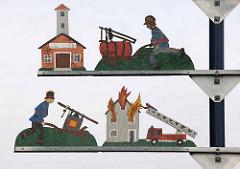 Dekor vor dem Gebäude der Feuerwehr Stadt Otterndorf - Sägearbeiten mit Rettungsaktivitäten der Feuerwehr.