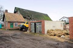 Reetdachgebäude und Nebengebäude - Hof Hugo Ahlers - am Dorfring in Tangstedt / Ortsteil Wilstedt.