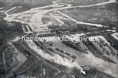 Alte Luftaufnahme, die einen Eindruck vom Hamburger Hafengebiet an den Norderelbbrücken gibt - im Hintergrund die Filterbecken auf Kaltehofe und die Billwerder Bucht. Im Vordergrund der Baakenhafen und die Norderelbe - re. der Moldauhafen.