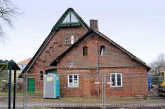 Landswirtschaftsgebäude - Backsteinmauerwerk, Giebel mit Holzdekor - Eisenfenster; ehem. Hof Hugo Ahlers - Tangstedt / Ortsteil Wilstedt.