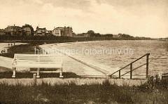 Altes Bild von der Uferpromenade in Cuxhaven - Hinter dem Deich Wohnhäuser.