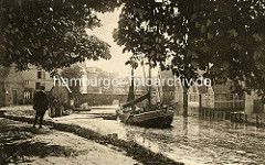 Historische Ansicht von Otterndorf - Blick auf die Medem, ein Ewer fährt flussabwärts; lks. der Hafenkran / Holzkran, Wellrad - im Hintergrund die Brücke an der Cuxhavener Straße.