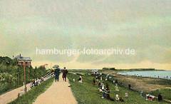 Historisches Cuxhaven - colorierte Ansicht vom Deich, - Urlaubsgäste mit Sonnenschirm auf dem Weg der Deichkrone - Restaurant & Garten.