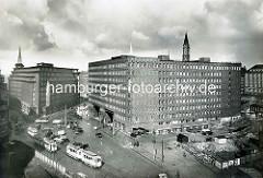 Altes Bild vom Hamburger Kontorhausviertel - Straßenbahnen in der Burchardstraße - re. der noch nicht fertiggestellte Sprinkenhof - lks. das Chilehaus.