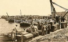 Historisches Foto vom Hafen in Casablanca / Marokko. Kisten und Ballen am Kai - Träger.