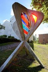 Kunst im Öffentlichen Raum - Betonskulptur mit farbiger Einlage - Wohnhäuser am Öjendorfer Damm in Hamburg Jenfeld.