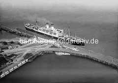 X_R 188_21 Historische Aufnahme vom Steubenhöft in Cuxhaven an der Elbmündung - ein Passagierschiff liegt am Landungssteg.