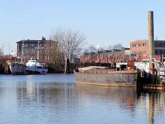 Bilder aus dem Hamburger Stadtteil Kleiner Grasbrook - Schiffe im Moldauhafen. Das Hafenbecken Moldauhafen wurde  1887 gebaut - ein 30.000 Quadratmeter großes Gelände wurde aufgrund des nach dem Ersten Weltkrieg 1919 unterzeichneten Versailler Ve