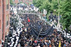 Demonstrationszug im Pepermölenbek in Hamburg St. Pauli - Schwarzer Block mit Transparent, Polizisten begleiten den Demonstrationszug.