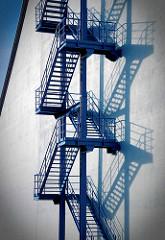 Feuertreppe an der Hausfassade - Lagerhaus / Silo in Hamburg Wilhelmsburg.
