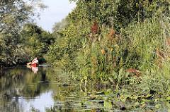Kanu im Neuengammer Durchstich - der Kanal hat eine Länge von 2,6 km und verbindet die  Gose Elbe und Dove Elbe in den Hamburger Vierlanden..