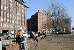 Mittagspause am Messberg im Hambuger Kontorhausviertel - lks. das Chilehaus, im Bildzentrum der Messberghof / Ballinhaus + re. das Deichtorcenter.