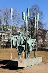 Altonaer Balkon - Bronzeskulptur FISCHER, Bildhauer Gerhard Brandes. Öffentliche Kunst in Hamburg Altona.