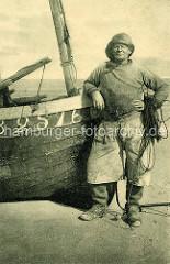 Historisches Foto - Fischer lehnt an seinem Fischerboot / Boulogne sur Mer, Frankreich.