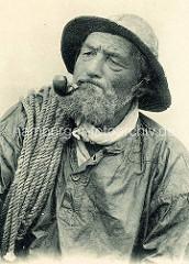 Historisches Portrait eine Fischers mit Pfeife, Tau über der Schulter; Normandie / Frankreich.