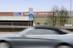 Schriftzug HHLA / Übersee-Zentrum; Hamburgs Stadtteil Kleiner Grasbrook.