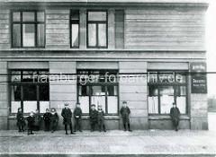 Historische Ansicht vom Sieldeich auf der Hamburger Veddel - Kinder und Jugendliche stehen auf dem Bürgersteig / Kopfsteinpflaster.