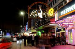 Nachtaufnahme von der Reeperbahn / Hamburg St. Pauli; Menschentraube vor dem Café Keese