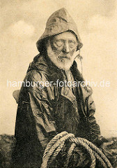 Historische Fotografie - alter Fischer mit weissem Bart in Ölzeug - Büsum / Deutschland.
