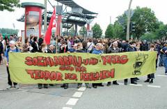 Demonstration am Millerntor in Hamburg St. Pauli - Transparent Sozialabbau und Krieg sind der Terror der Reichen.