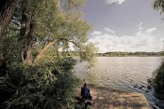 Ruhebank am Öjendorfer See in Hamburg Billstedt.