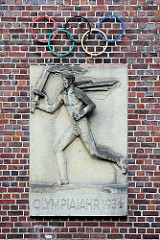 Relief Fackelläufer / Olympische Ringe - Olympiajahr 1936; Hausfassade Altstädter Hof - Kontorhausviertel Hamburg.