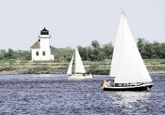 """Segelboote auf der Unterelbe Höhe Leuchtfeuer Julssand -  1896 gebauter Leuchtturm wird von Seglern auch """"Kleiner Kohn"""" genannt."""