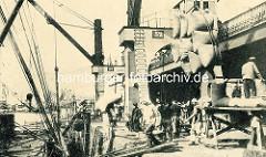 Historische Aufnahme vom Hafen in Antwerpen / Belgien - Getreidesäcke werden entladen.
