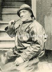 Fotografie eines Fischers  in Ölzeug - Pfeife rauchend / Frankreich.