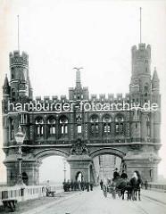 Historische Fotografie vom Brückenportal der Hamburger Elbbrücke - Blick von der Veddel, Arbeiter mit Schubkarre - Pferdefuhrwerk.
