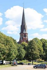 Blick über den Marktplatz von Kirchsteinbek in Hamburg Billstedt zur Steinbeker Kirche; Dreieinigkeitskirche, erbaut 1884 - Architekt Otto Ritscher.