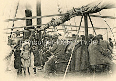 Altes Bild von einer Überfahrt nach Algerien; Passagiere, Kinder an Bord eines Dampfschiffs der Reederei CGT / Compagnie Générale Transatlantique.