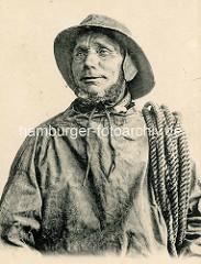 Historisches Portrait eines Fischers mit Leine in Ölzeug / Normandie Frankreich.