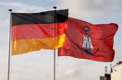 Deutschlandflagge + Hamburger Admiralitätsflagge wehen im Wind.