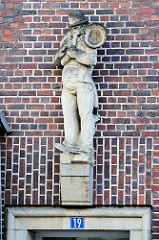 Sandsteinskulptur - Beruf Musiker -  Bildhauer Richard Kuöhl - Altstädter Hof, Kontorhausviertel Hamburg.