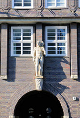 Sandsteinskulptur am Bartholomayhaus im Hamburger Kontorhausviertel - erbaut 1939, Architekt Rudolf Klophaus.