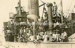 Schiffsmannschaft an Deck eines Dampfschiffs - Gruppenaufnahme.