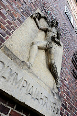 Relief Fackelläufer / Olympische Ringe - Olympiajahr 1936 - Bildhauer Richard Kuöhl; Hausfassade Altstädter Hof, Hamburg.