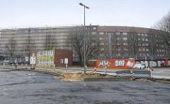 Blick über das Gelände / Baustelle der Tunnelstraße zu Wohnhäusern am Passierzettel in Hamburg Veddel; lks. ein ehem. Verwaltungsgebäude der Zollstelle / Zollverwaltung Veddel.