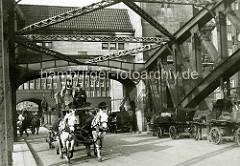 Blick über die Wandrahmbrücke zum Chilehaus in der Hamburger Altstadt - Pferdefuhrwerke überqueren den Zollkanal Richtung Freihafen.