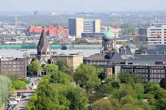 Blick über die Dächer der Hamburger Neustadt; lks. die ehem. Gnadenkirche - jetzt Russisch-Orthodoxen Kirche. Re. die Kuppel vom Oberlandesgericht am Sievekingplatz.