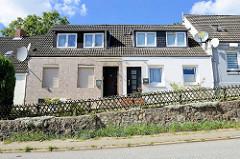 Schlichtes Doppelhauser mit Satteldach und unterschiedlicher Fassadengestaltung - Billstedter Mühlenweg in Hamburg Billstedt.