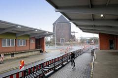 Ehem. Zollabfertigungsgebäude vom Zollamt Hamburg Veddel / Laderampen - im Hintergrund der Zombeckbunker am Veddeler Elbdeich.