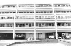 Großsiedlung Hamburg Mümmelmannsberg - Stadtteil Billstedt; Wohnhäuser mit Balkons - Geschäfte.